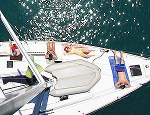 Entspannt an Deck der Segelyacht ausruhen beim sailwithus Segeltörn