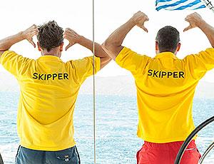 Skipper an Bord zeigen den Reisenden das Segeln mit sailwithus