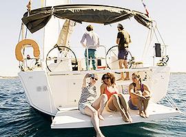 Coole junge Crew im Segelurlaub kennenlernen