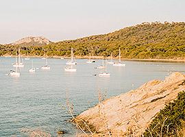 Segelyachten liegen in grüner Bucht im Mittelmeer l saiwithus