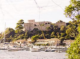 Alte Festungen liegen über der Bucht mir Segelbooten