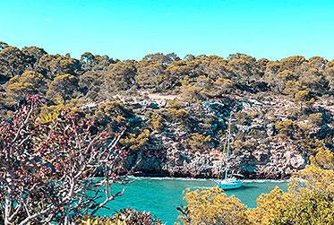 Segelyacht in grüner Bucht l saiwithus