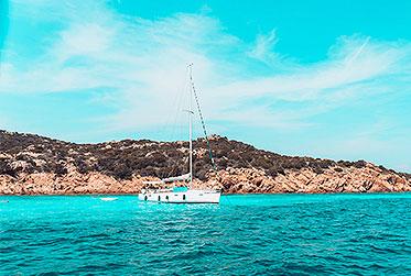 Segelyacht in türkisblauen Wasser   sailwithus