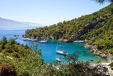 Grüne Bucht und blaues Wasser - Was will man mehr? l sailwithus