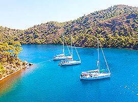 Flottille ankert gemeinsam in türkisblauer Bucht l sailwithus