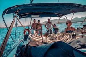 Crewleben auf der modernen Segelyacht im Mittelmeer Griechenlands