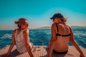Entspannen am Heck der Yacht, Ausblick auf das Mittelmeer und Griechenland