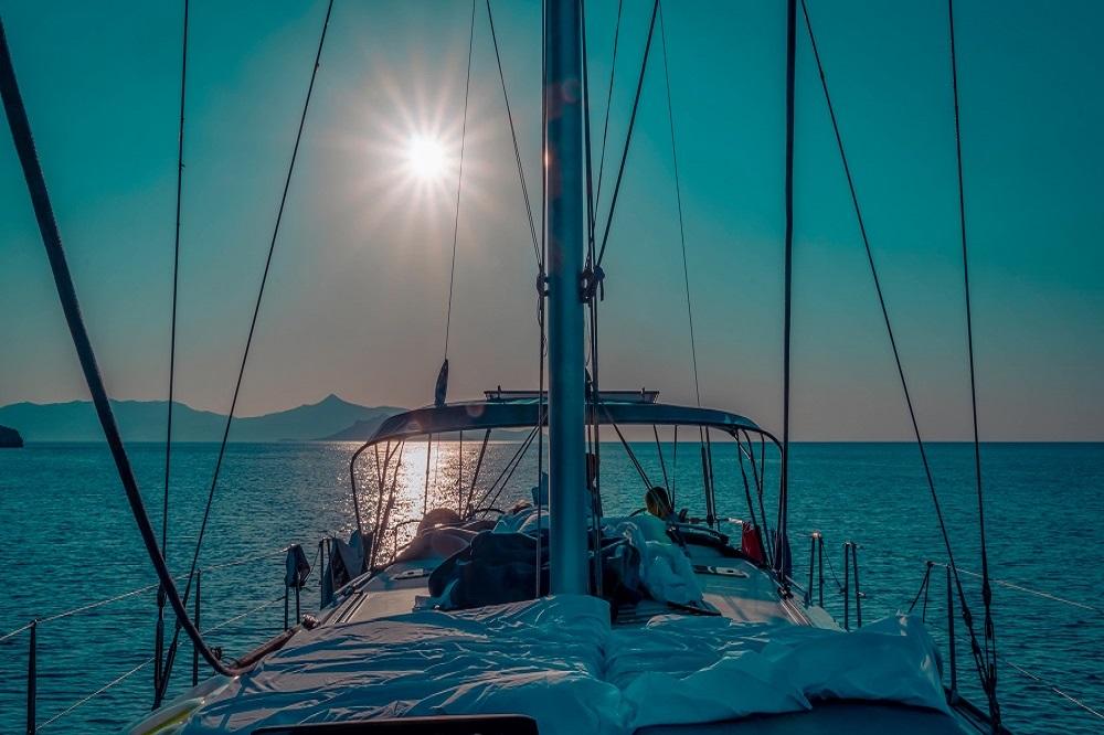 Deck der Yacht auf dem Mittelmeer in der Sonne Griechenlands