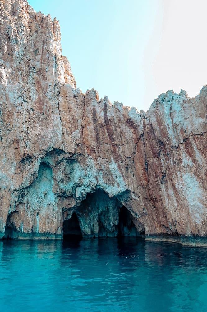 Höhle mit klarem Wasser erforschen auf Segelreise in der Türkei