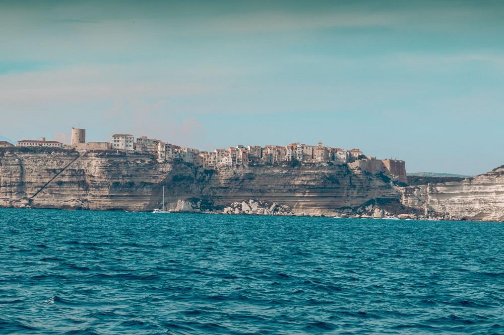Italienische Stadt auf eine steilen Klippe, Blick von der Segelyacht im Meer