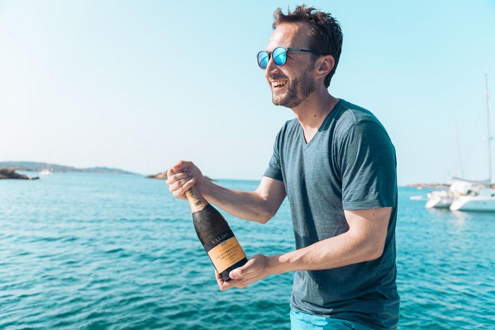 Prosecco auf der modernen Yacht, Feiern Party in Sardinien