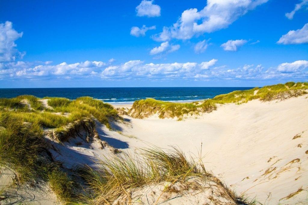 Düne mit weißem Sand und tollem Blick auf die Ostsee, Segeln und Wandern