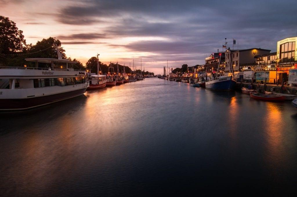 Warnemünde in der Ostsee in den Abendstunden, Yachthafen, tolle Farben