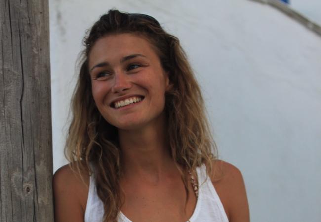 Skipperin Eva von sailwithus genießt den Urlaub an Bord der modernen Segelyacht im Mittelmeer