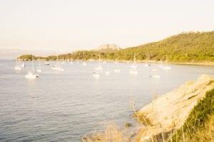 Große Bucht der C'ôte d'Azur mit zahlreichen Yachten und einem Berg im Hintergrund, entdeckt auf einer Wanderung