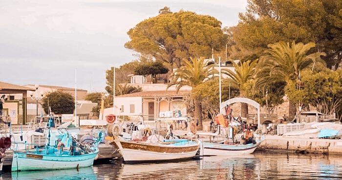 Kleiner Hafen in einem Dorf in Frankreich an der Côte d'Azur