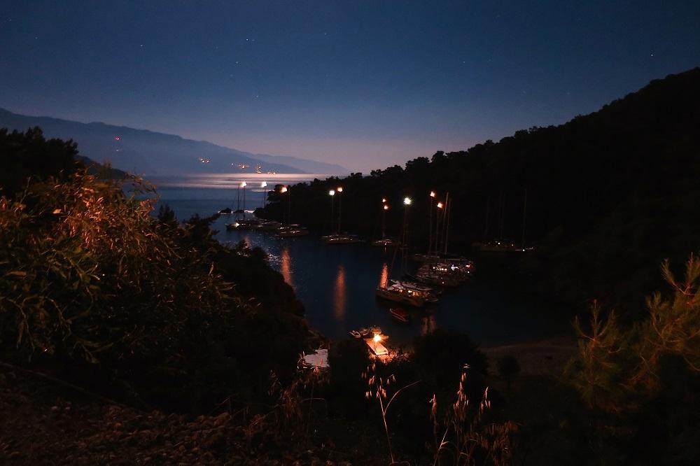 Bucht bei Nacht im Mittelmeer