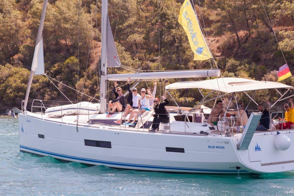 Crew entspannt in der Mittagssonne auf dem Ausbildungstörn im Mittelmeer