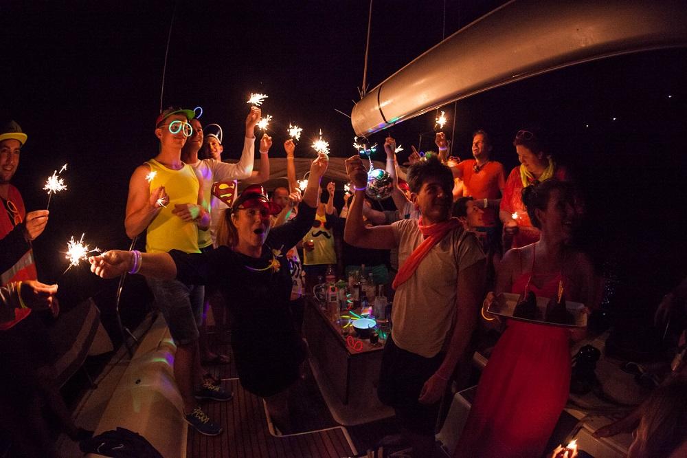 Party an Bord der modernen Segelyacht im Mittelmeer