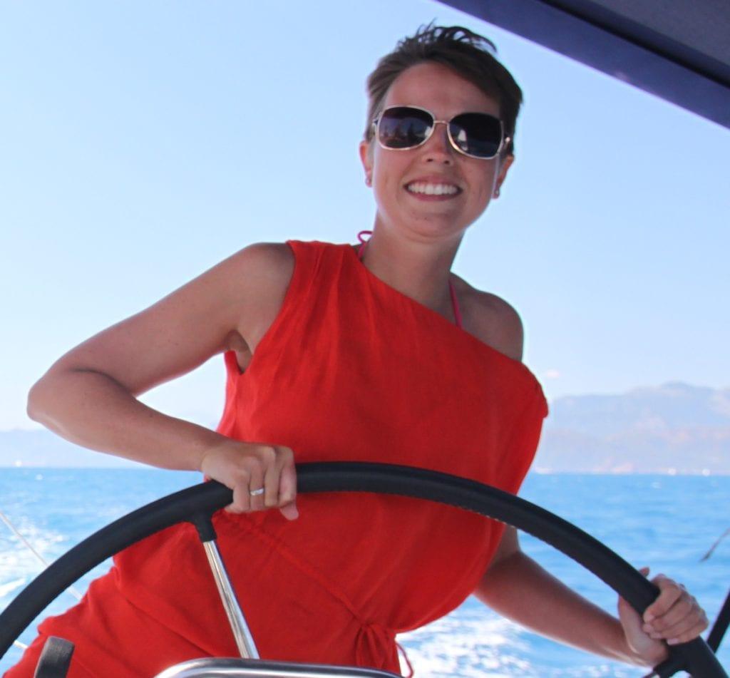 Teammitglied Claudia auf einem Segeltörn im Mittelmeer