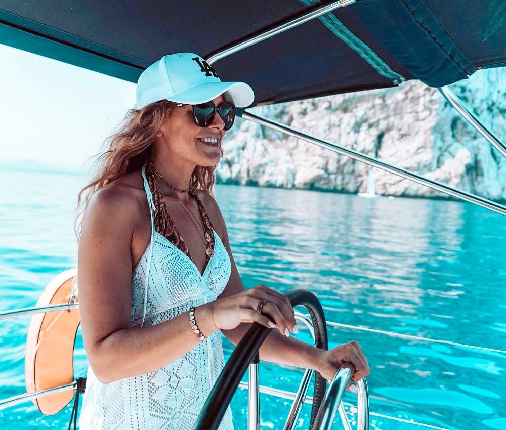 Sarah am Steuer der Segalyacht im traumhaften Segelrevier Griechenland