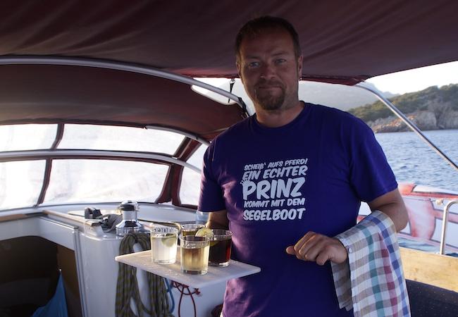 Skipper Markus mit frisch gemixten Drinks an Bord der Segeljacht im Mittelmeer