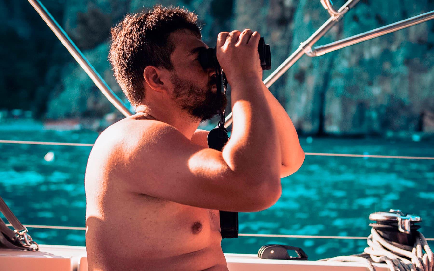 Skipper hält Ausschau nach der nächsten traumhaften Bucht, Entspannung muss auch auf den Ausbildungstörns im Mittelmeer sein
