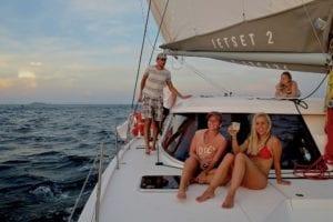 Die Crew genießt die Abendstimmung an Bord der modernen Segelyacht