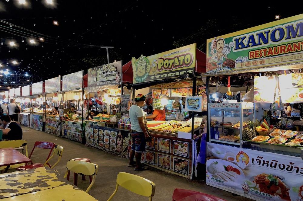 Markt in Thailand mit kleinen Ständen mit diversen thailändischen Spezialitäten und Köstlichkeiten