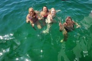 Die Crew von der Segelrundreise genießt gemeinsam das klare Wasser und die tolle Unterwasserwelt