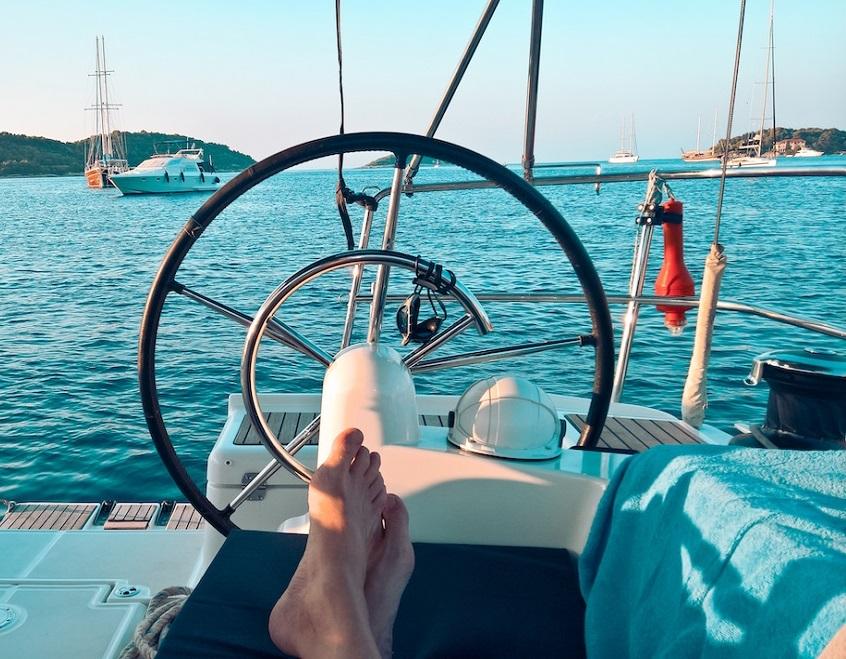 Entspannen an Deck der modenern Segelyacht auf der Segelrundreise im Mittelmeer
