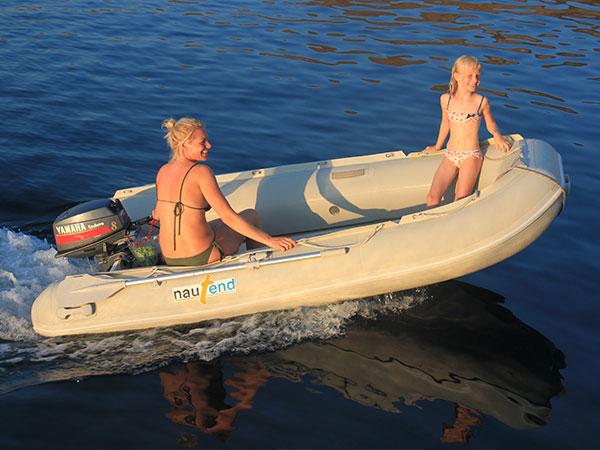 Mutter und Tochter im Dighy auf dem Weg zum Landausflüg im Mittelmeer