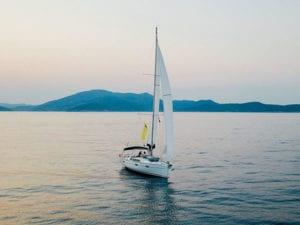 Die moderne sailwithus Yacht im Mittelmeer auf einem privaten Törn