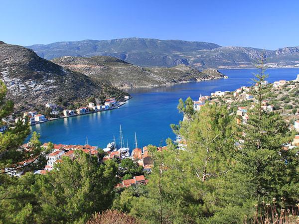 Tolle Bucht von einer kleinen Hafenstadt im Mittelmeer | sailwithus