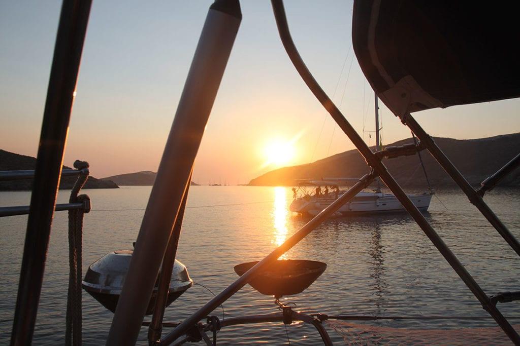 Die Familien an Bord der Segelyacht genießen den Sonnenuntergang und warten auf den Grill und das Abendessen