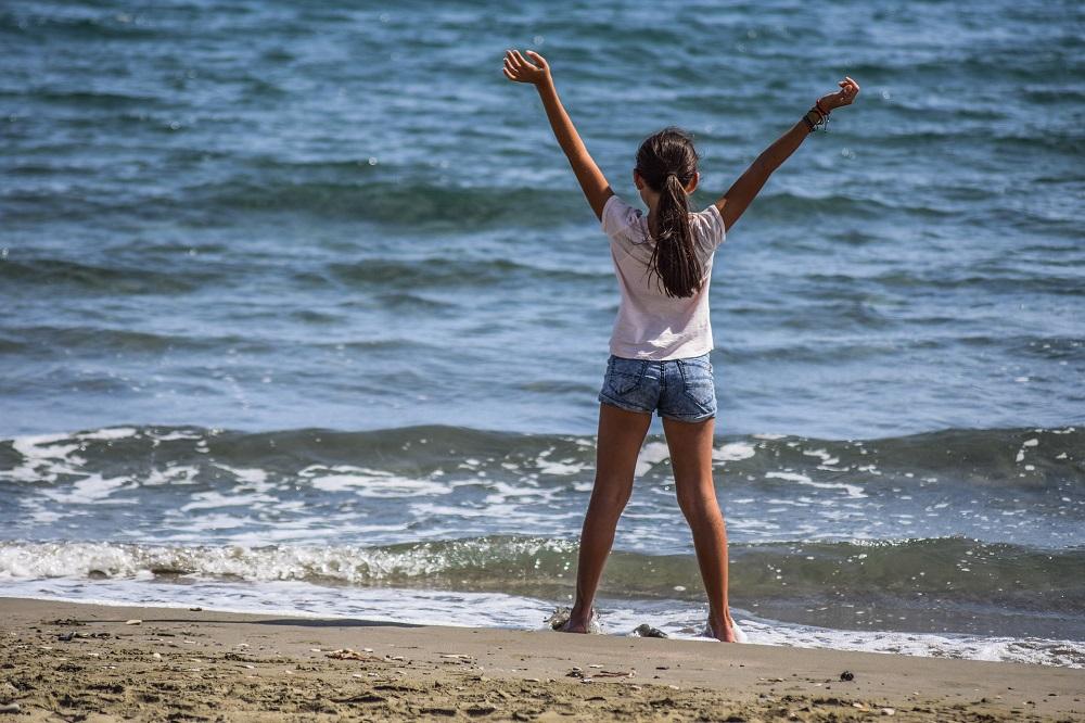 Mädchen genießt den Landausflug mal am Strand, tolles Wasser und toller Strand