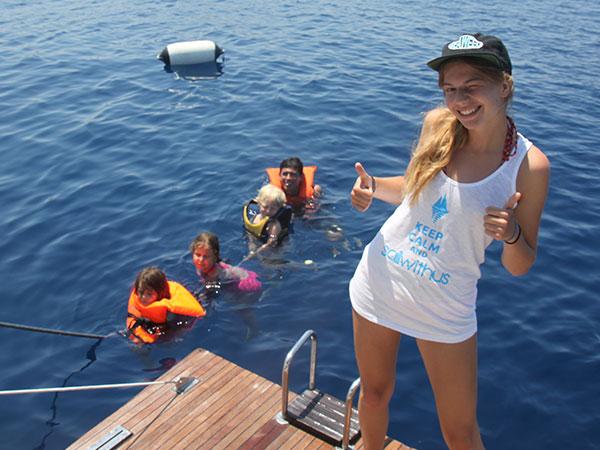 Die Kinder und die Nanny haben Spaß beim Kinderprogramm auf der Segelyacht