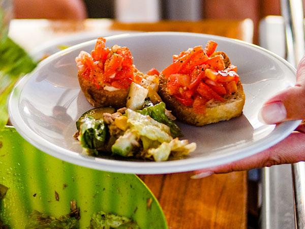 Kulinarische Köstlichkeiten des Mittelmeerraums auf der eigenen Yacht genießen