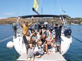 Gruppenselfie des Familientörns in Griechenland auf der modernen Segelyacht