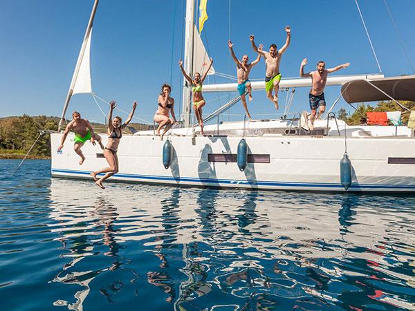 Die Crew springt synchron ins Mittelmeer auf der tollen Segelreise