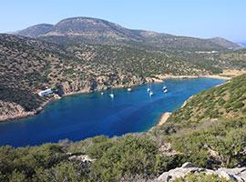 Schöne Bucht im Mittelmeer mit seichtem Wasser perfekt für Kinder