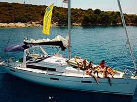 Die Crew entspannt an Deck in der Sonne auf der Segelrundreise