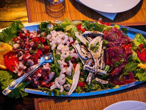Salat mit frischen Meeresfrüchten aus dem Mittelmeer, ein richtiges Segler Essen