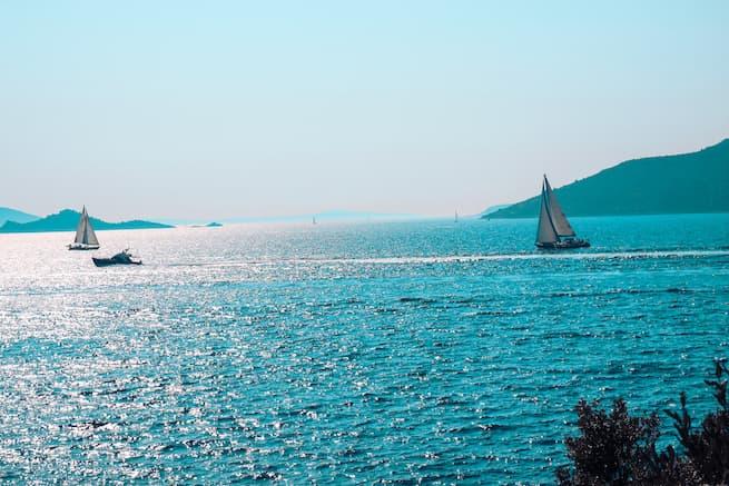 Glitzern auf dem adriatischen Meer Kroatiens