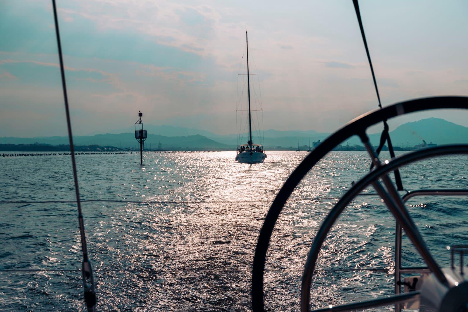 Abendstimmung in Korsika an Bord der modernen Segelyacht von sailwithus