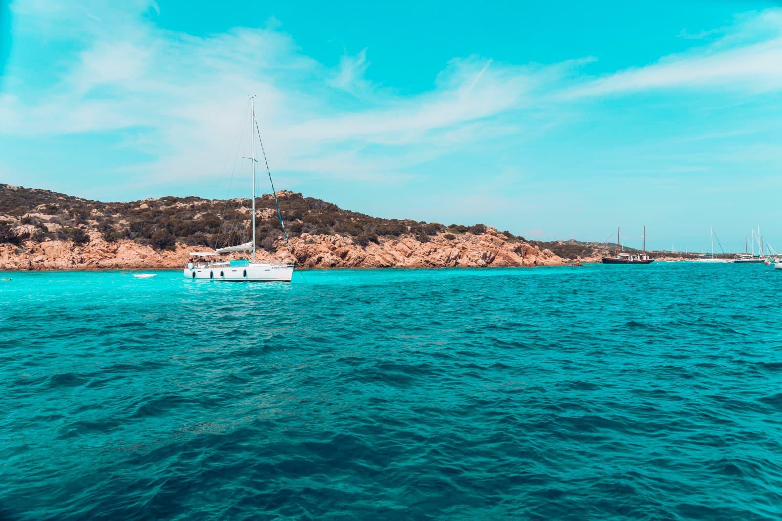 kristalblaues Wasser zum Baden und Segeln auf Sardinien im Mittelmeer