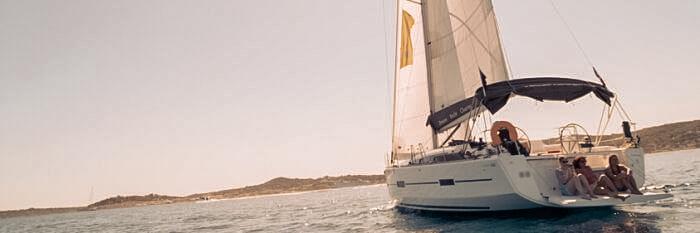Segelyacht vor Küste Frankreichs - Segeln im Mittelmeer