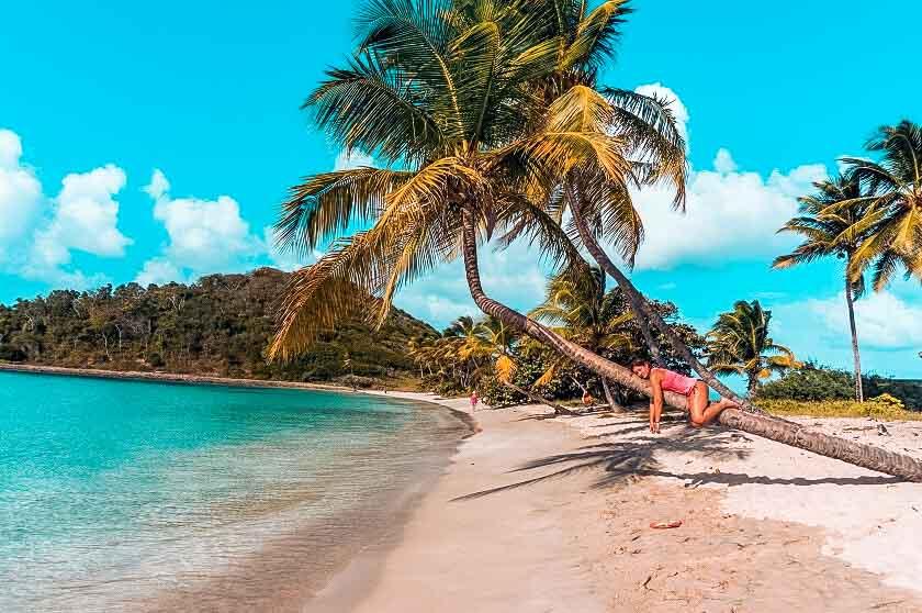 Smaragdgrünes Meer am Strand in der Karibik