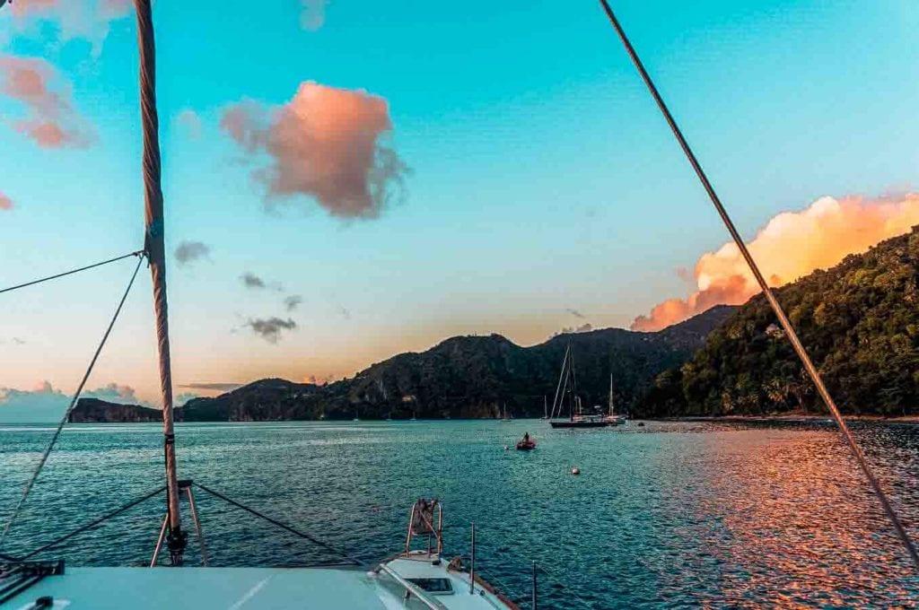 toller Blick auf Bergekette während des Sonnenuntergangs in der Karibik