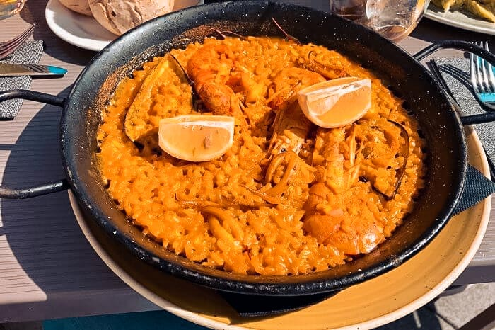 Spanische Paella mit Reis und Meeresfrüchten und Fisch